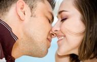 كيف تقبل زوجتك في كل مره وكانك تقبلها اول مره ... لحياه زوجيه سعيده