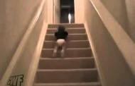 شاهد طفل رضيع ينزل الدرج بطريقة سوبرمان
