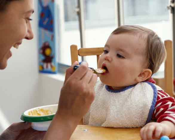 متى يمكن اطعام الطفل الرضيع