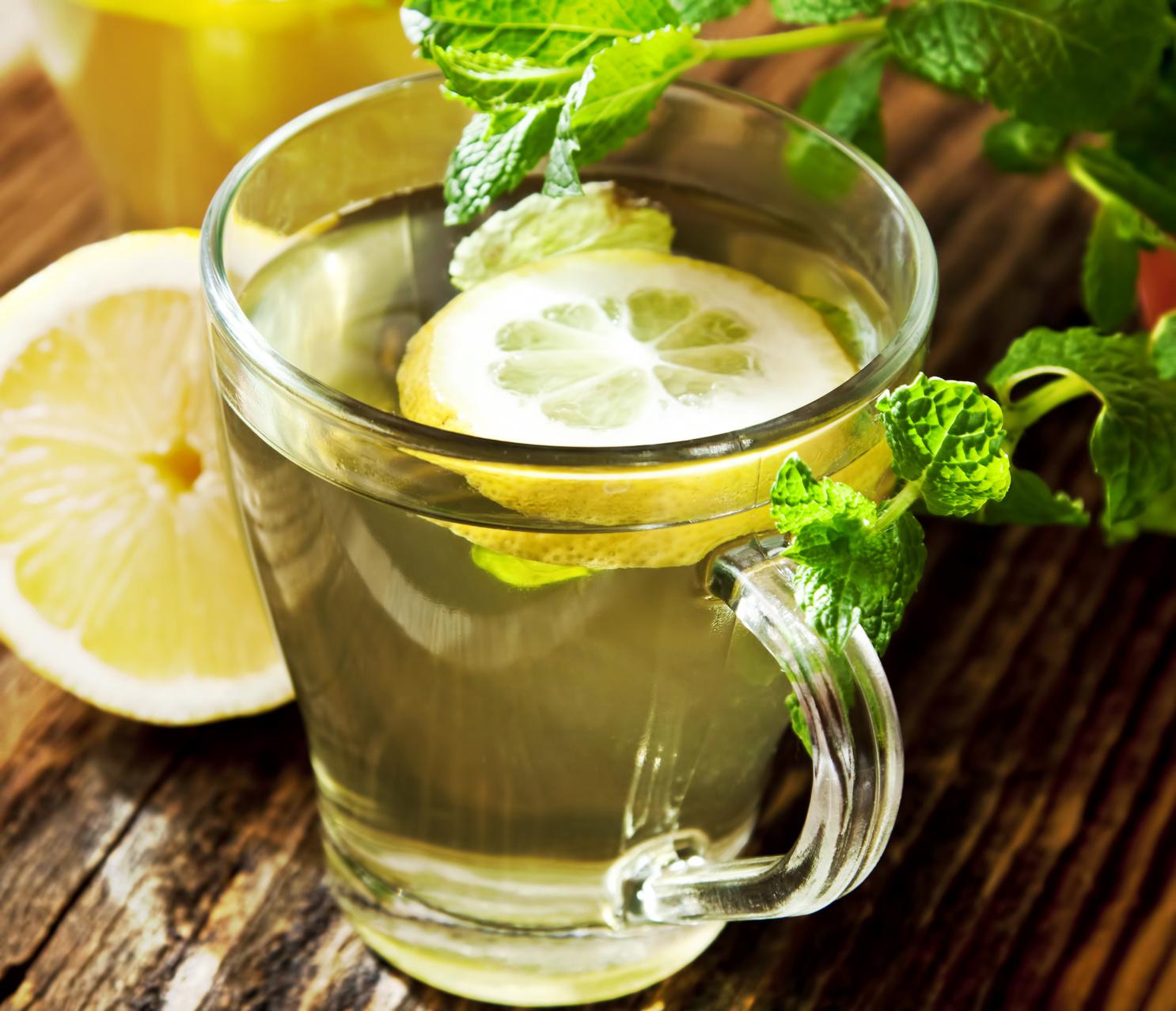 فوائد شرب الماء الدافئ مع الليمون على معدة فارغة